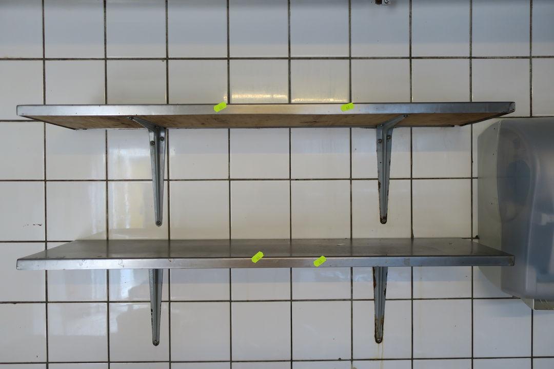 Picture of: 2 Stk Rustfri Stal Hylder Diverse Kokken Redskaber Auktionshuset Dab A S